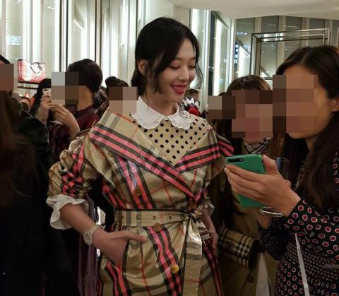 sulli-gay-xao-xuyen-bang-anh-chup-dien-thoai-khong-chinh-sua-3
