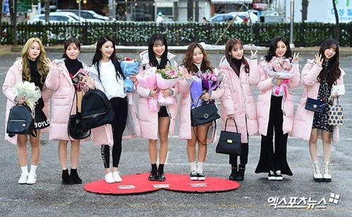 loat-idol-han-dua-nhau-sam-ao-phao-to-su-mau-hong-cuc-cute-5