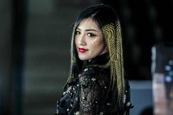 tu-anh-ca-tinh-khac-thuong-voi-mai-toc-la-mat-2