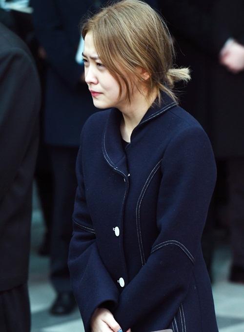 Key khóc nức nở, Tae Yeon liên tục lau nước mắt trong lễ đưa tang Jong Hyun