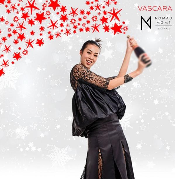 Kikki Le trong vai quý cô điệu đà mừng giáng sinh bên ly champagne.