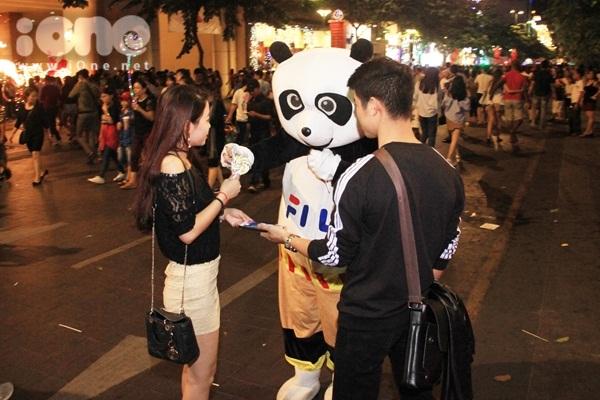 Hóa siêu nhân, Tôn Ngộ Không kiếm tiền trên phố đi bộ mùa Giáng sinh