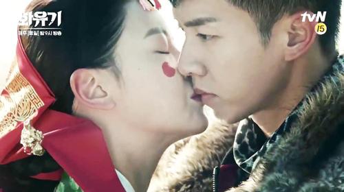 Nụ hôn gây tranh cãi của Đường Tăng (trái) và Ngộ Không (phải) trongHwayugi