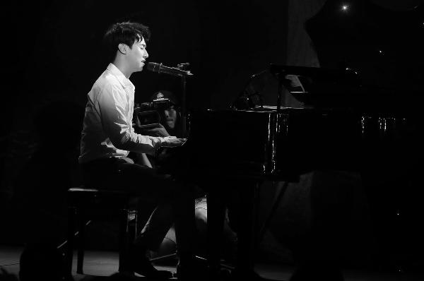Rocker Nguyễn trở thành chàng trai si tình trong MV mới.