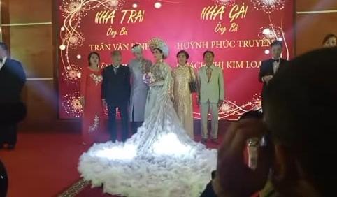 Lâm Khánh Chi hôn chú rể đắm đuối, thay váy liên tục ở tiệc cưới