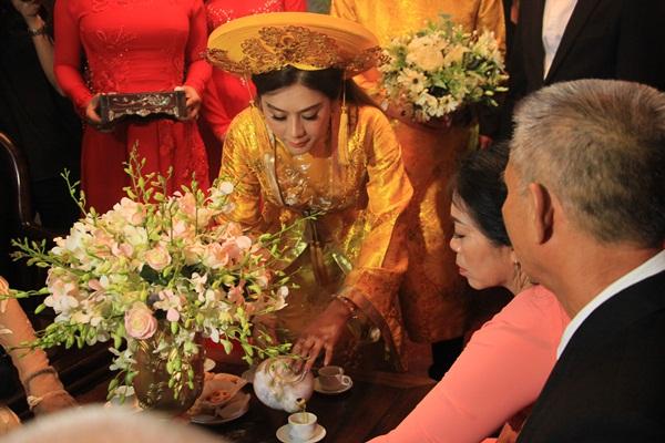 Cô dâu dâng trà hiếu kính cha mẹ đôi bên.