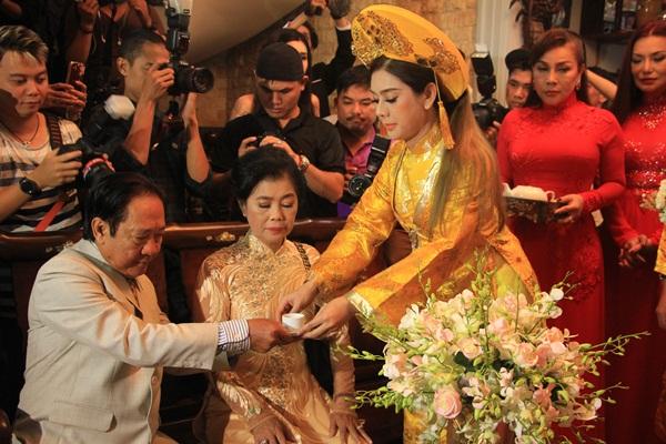 Khánh Chi dâng trà cho hai đấng sinh thành.