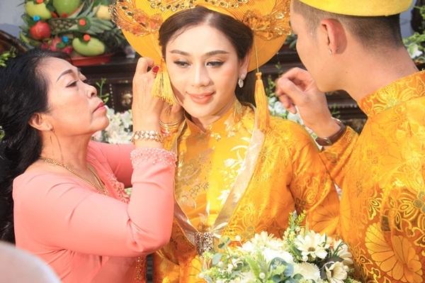 Cô dâu được nhà trai tặng 6 kiềng vàng, một dây chuyền, một lắc tay vàng.