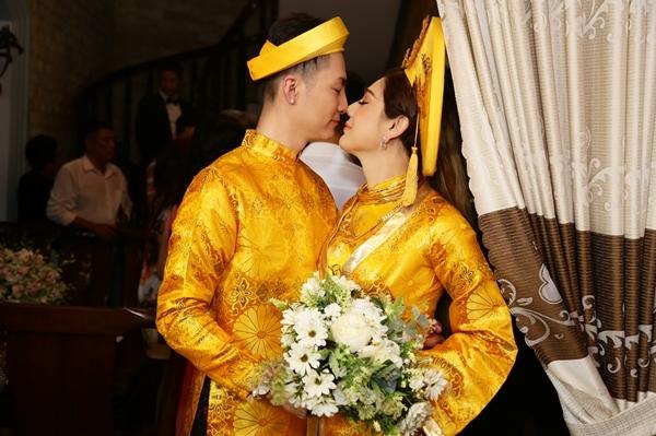 Cả hai làm lễ trước sự chứng kiến của cha mẹ, họ hàng đôi bên và trao nhau những cử chỉ thân mật, ngọt ngào.