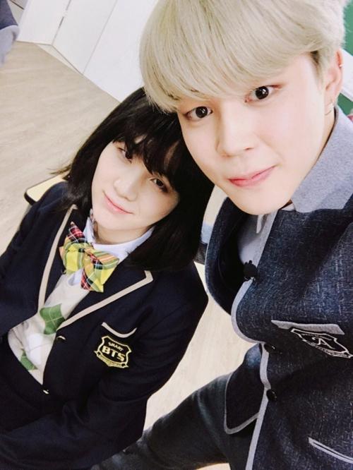 Nữ sinh Suga còn may mắn được chụp hình với Jin của BTS.