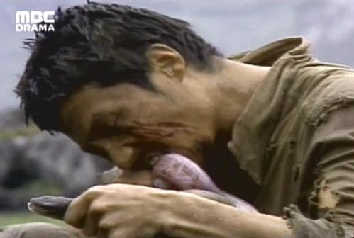 Choi Jae Sung xé xác một con rắn và ăn tươi nó trongEyes of dawn
