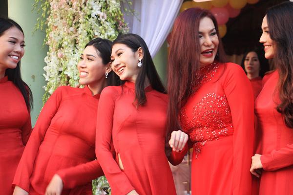 Phù dâu của Lâm Khánh Chi là những người bạn thân thiết với nhau ở ngoài đời.