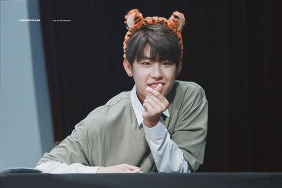 Khi tham gia Produce 101, Woo Jin không quá nổi bật. Anh chàng thể hiện  sức quyến rũ qua những bước nhảy, khí chất mạnh mẽ trên sân khấu.