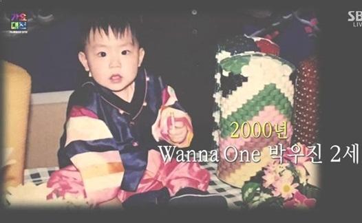 Woo Jin từ nhỏ đã là một cậu bé đáng yêu, sở hữu đôi mắt to tròn. Đây là ảnh chụp năm 2000, khi Woo Jin mới 2 tuổi.