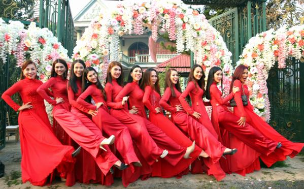 Dàn phù dâu mặc áo dài đỏ nổi bật trong đám cưới Lâm Khánh Chi.