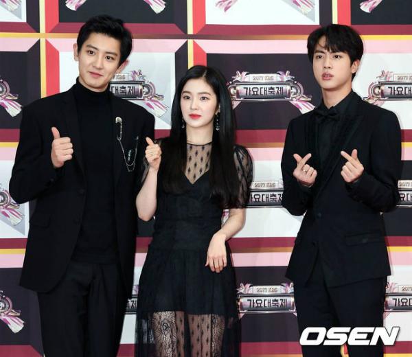 Chan Yeol không hề e ngại khi đứng sát đồng nghiệp cùng công ty, trong khi Jin đứng cách Irene một khoảng.