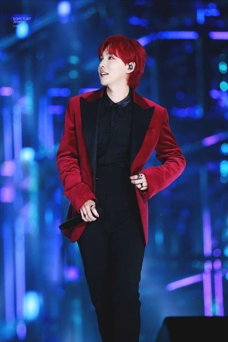 Jin Woo nổi tiếng vì khuôn mặt đẹp xuất sắc, hợp với đủ kiểu màu tóc. Hình tượng sang trọng của thành viên Winner là điểm nhấn trong phần trình diễn.