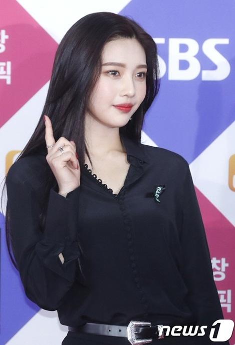 Mỹ nhân nhà SM tiếp tục khiến netizen trầm trồ bởi nhan sắc ấn tượng. Dường như nữ ca sĩ đã tiếp tục giảm cân, khuôn mặt thon gọn hơn. Joy từ một cô em út bỗng gợi cảm, khí chất hơn hẳn chỉ sau 3 năm debut.