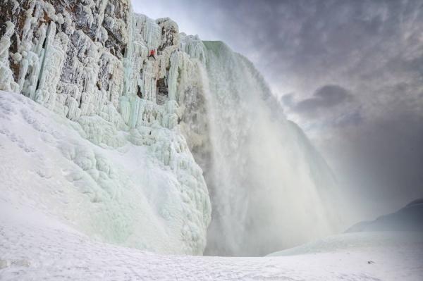 Thác nước hùng vĩ bậc nhất thế giới đóng băng - 7