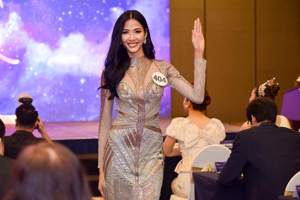 Hoàng Thùy từ cô mẫu gầy tong sắc sảo uốn mình theo hình ảnh nhẹ nhàng, giơ tay chào như búp bê.