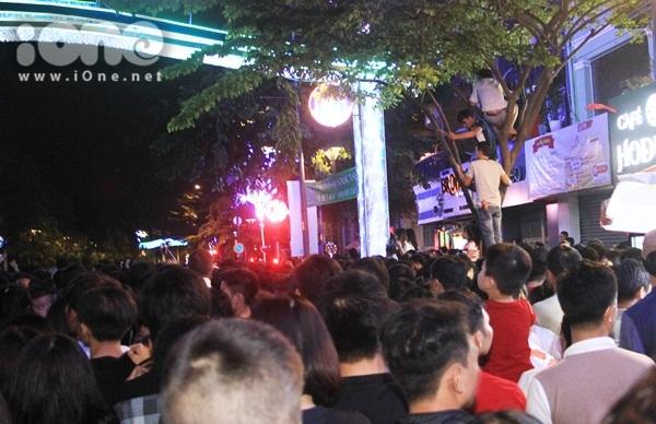 Biển người quẩy bung nóc đón năm mới 2018 trên phố Nguyễn Huệ đến tận khuya - 4