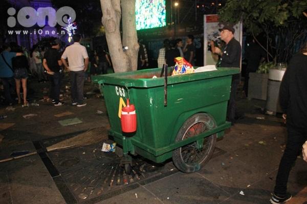 Biển rác xuất hiện trên phố Nguyễn Huệ, Hồ Gươm sau đêm giao thừa - 5