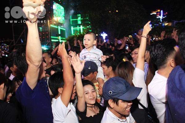 Biển người quẩy bung nóc đón năm mới 2018 trên phố Nguyễn Huệ đến tận khuya - 5
