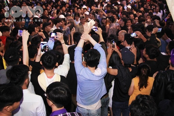 Biển người quẩy bung nóc đón năm mới 2018 trên phố Nguyễn Huệ đến tận khuya
