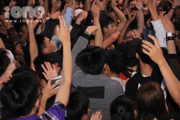 Biển người quẩy bung nóc đón năm mới 2018 trên phố Nguyễn Huệ đến tận khuya - 6