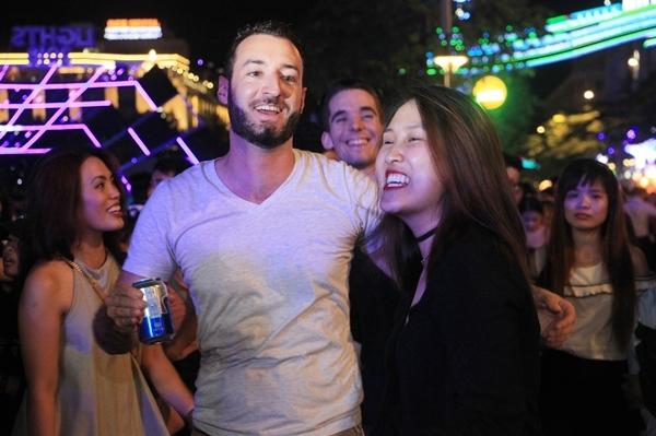 Biển người quẩy bung nóc đón năm mới 2018 trên phố Nguyễn Huệ đến tận khuya - 3