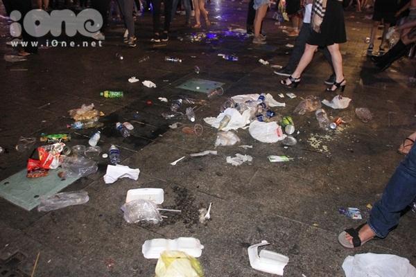 Biển rác xuất hiện trên phố Nguyễn Huệ, Hồ Gươm sau đêm giao thừa