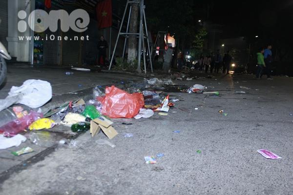 Biển rác xuất hiện trên phố Nguyễn Huệ, Hồ Gươm sau đêm giao thừa - 8