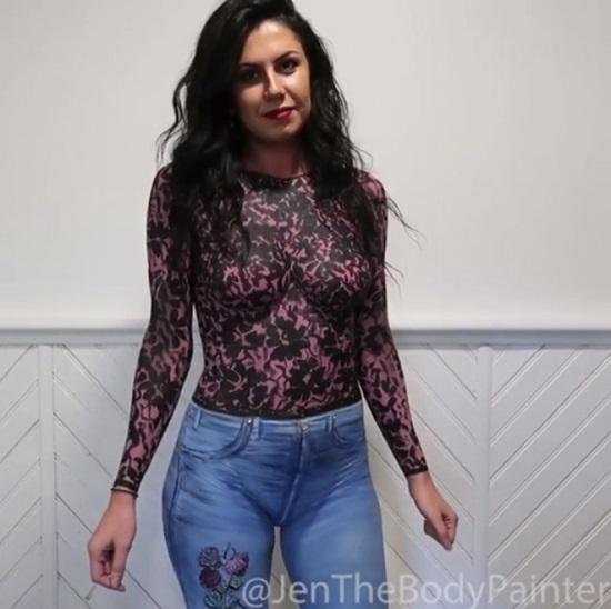 Quần jeans và áo dài tay được phối màu, vẽ khéo léo khiến ít ai có thể nhận ra cô gái này không mặc quần áo ra đường.