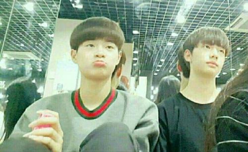 Nghỉ ngơi trong phòng tập cùng Hwang Hyun Jin, thành viên nhóm Stray Kidz.