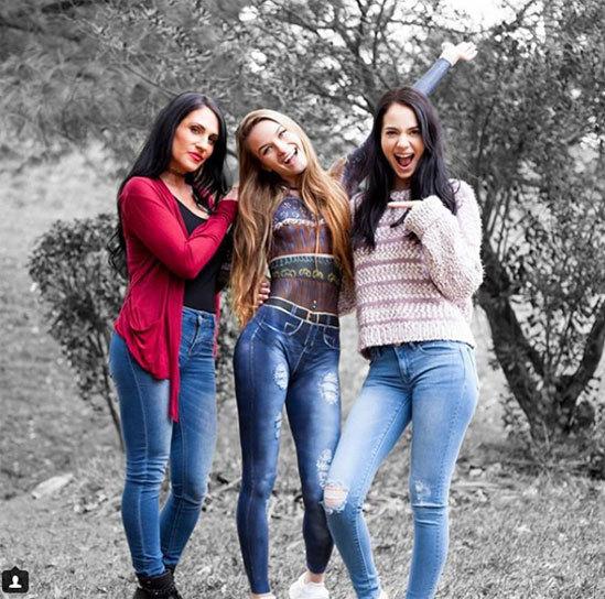 Nhiều người phải trầm trồ trước chiếc quần jeans rách rất thật của cô gái đứng giữa.