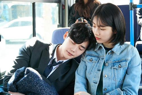 [Cứ bảo nữ chính ngủ gật là nhàm chán. Đạo diễn đổi vị trí cho nam chính ngủ gật để khán giả hài lòng nhé.