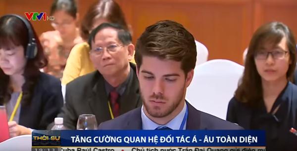 Soái ca ngoại giao gây chú ý trên sóng truyền hình Việt.