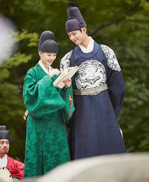 Cao thế này tha hồ liếc trộm nàng Kim Yoo Jung không sợ bị phát hiện, hihi.