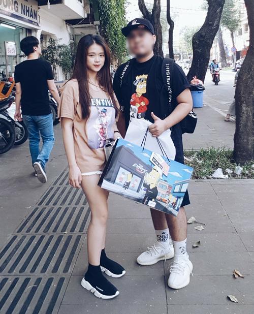 Linh Ka đi giày giá 14 triệu đồng.