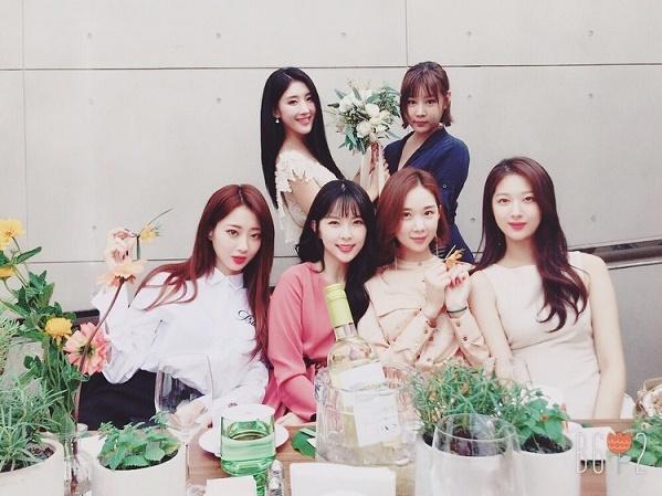 Hyun Ah cùng các thành viên 9muses tại đám cưới.