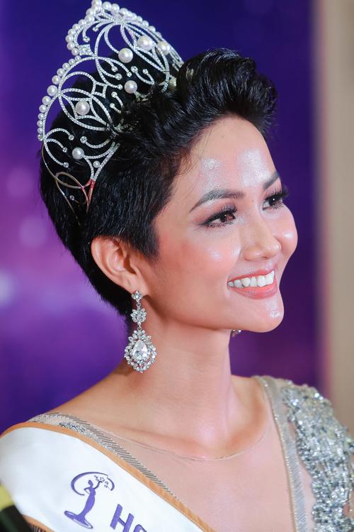 Những điểm trùng hợp giữa 2 Hoa hậu Phạm Hương - HHen Niê - 9