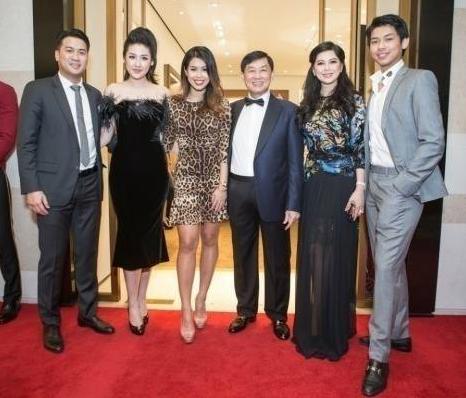 Tú Anh xuất hiện bên bố mẹ và hai người em của Phillip Nguyễn.