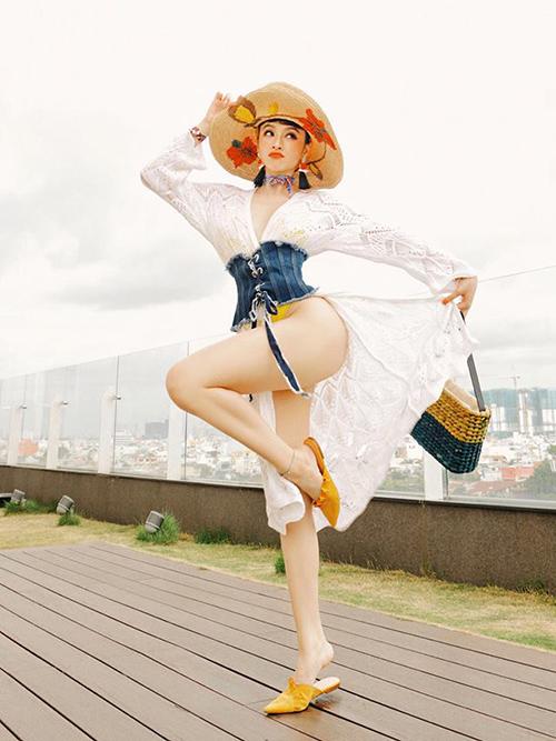 Angela Phương Trinh gây ngán vì mặc gì cũng vén lên khoe vòng ba - 2