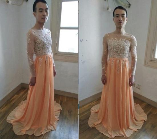 Chàng trai mặc váy làm mẫu quảng cáo để hút khách