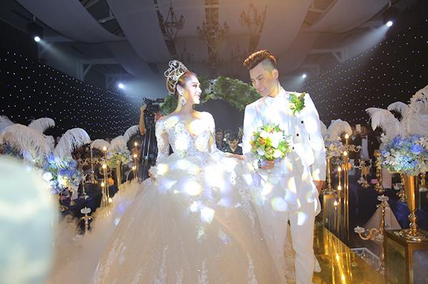 Lâm Khánh Chi xinh như công chúa, liên tục được chú rể ôm hôn tại tiệc cưới