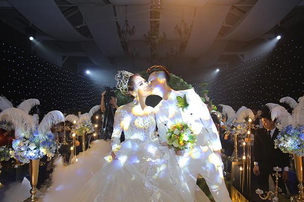 Lâm Khánh Chi xinh như công chúa, liên tục được chú rể ôm hôn tại tiệc cưới - 1