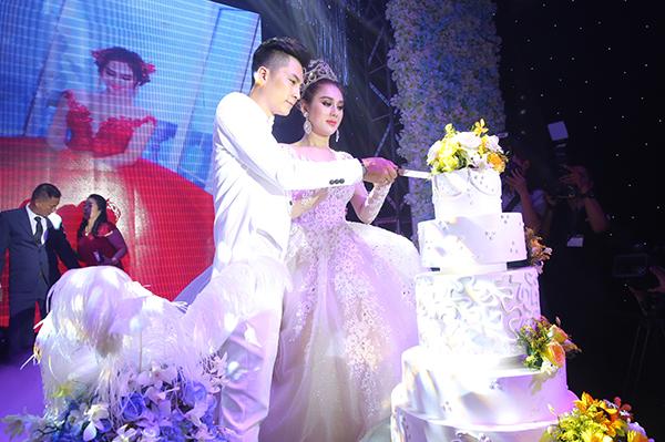 Lâm Khánh Chi xinh như công chúa, liên tục được chú rể ôm hôn tại tiệc cưới - 3