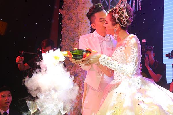 Lâm Khánh Chi xinh như công chúa, liên tục được chú rể ôm hôn tại tiệc cưới - 4