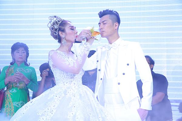 Lâm Khánh Chi xinh như công chúa, liên tục được chú rể ôm hôn tại tiệc cưới - 5