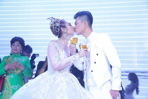 Lâm Khánh Chi xinh như công chúa, liên tục được chú rể ôm hôn tại tiệc cưới - 6